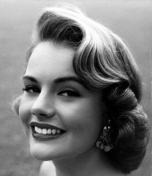 Love the soft waves and height of Miss USA 1953, Myrna Hansen's, hair here. #vintage #1950s #hair