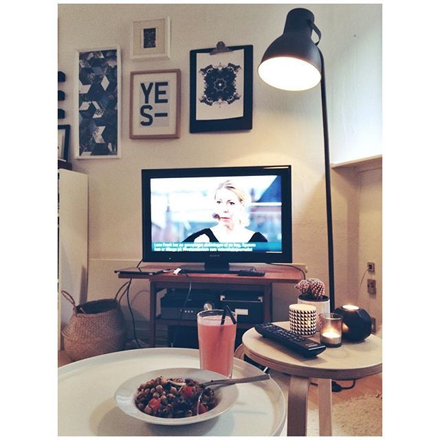 Good to be back home, cooking my own dinner and having it in front of the TV 💕 #homesweethome #tvdinner #dinner #cookforyourself #myhome #hektar #ikea #candlelightdinner #candles #singleliv #sofaliv #home #studioapartment #grapefruitsoda #pinkcitrus #chickpeasalad