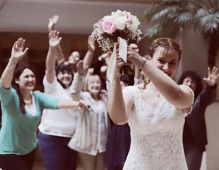 Lo tiro o no lo tiro?? A saltar bien alto!!  Festejo de Boda en Registro Civil Central - Gracias por confiar en nosotros para retratarlos!  #boda #civil #fotografia #fotografo #buenosaires