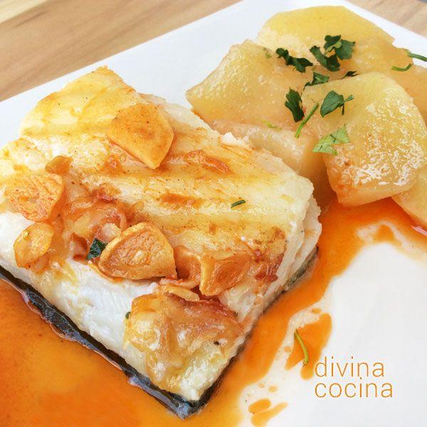 Este bacalao con ajada es un plato sabroso y muy sencillo de preparar. Yo lo suelo acompañar con patatas para que resulte un plato más completo.