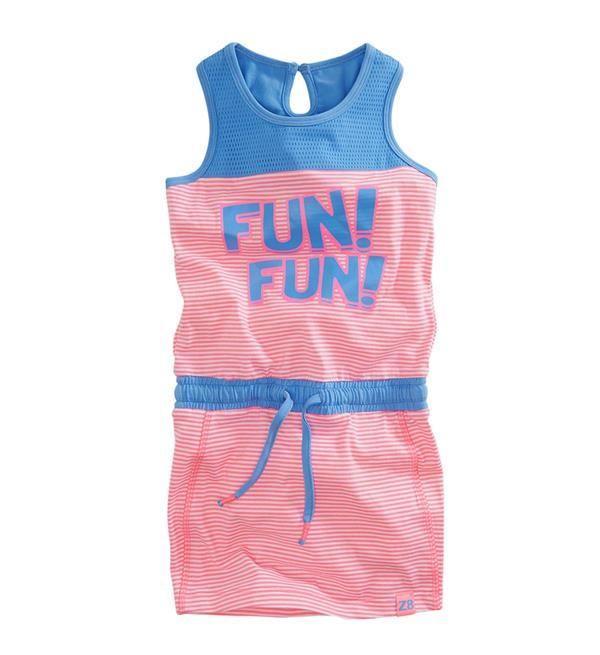 Z8 mouwloze zomerjurk Jessie met tekstprint FUN! FUN!. Deze gestreepte jurk met blauwe mesh aan de bovenzijde heeft elastiek met koord in de taille.