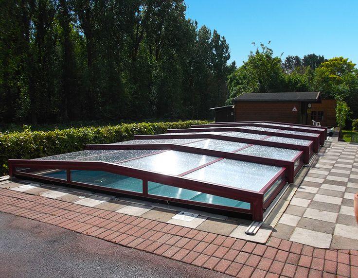Abri de piscine bas télescopique de couleur bordeaux posé en Charente-maritime 17