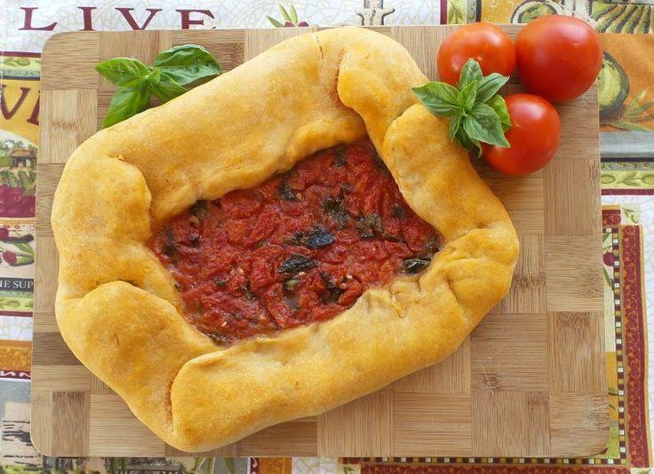 Il pane con pomodoro, oppure in sardo Pani cun tamatiga, è croccante all'esterno e morbido all'interno e il suo gusto è fresco e saporito.