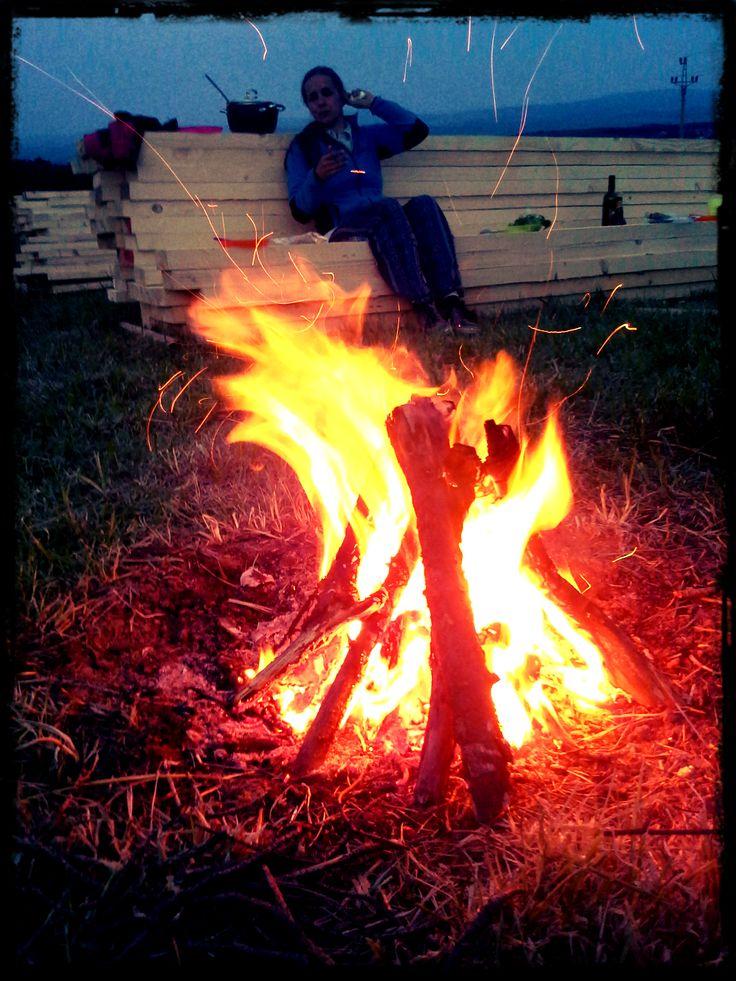 Pak přišel ale čas na odpočinek... i přes únavu se mi podařilo.založit oheň... s březovou kůrou a na jednu sirku. nezapomněl jsem...