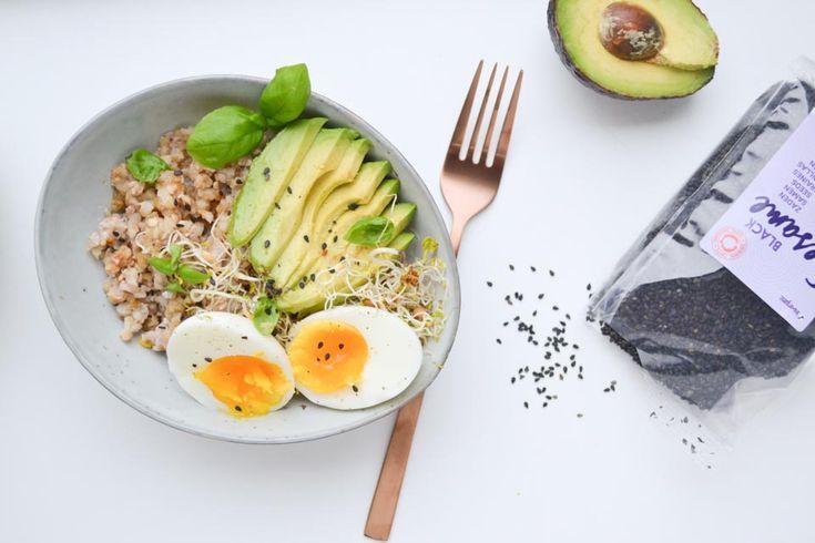 Een hartig ontbijt met avocado, ei, en boekweit (of spelt), op smaak gebracht met een lekkere Aziatische miso dressing. Zo begin je de dag goed!