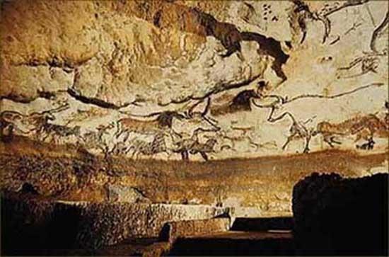이것은 프랑스에서 발견된 것으로, 2차원적인 회화이다. 들소, 말과 사슴 등 수렵과 관계있는 동물들이 그려졌다. 동물들의 크기가 일정치 않은 것으로 보아 하루에 그려진 것이 아니라는 것을 추측해 낼 수 있다. 안료를 사용하지 않고 동물 기름, 숯, 색깔 있는 돌 등 천연 재료를 이용하였다. 습도와 온도 변화가 적은 깊숙한 동굴 안에 그려졌기 때문에 비교적 보존은 잘 되어 있다.