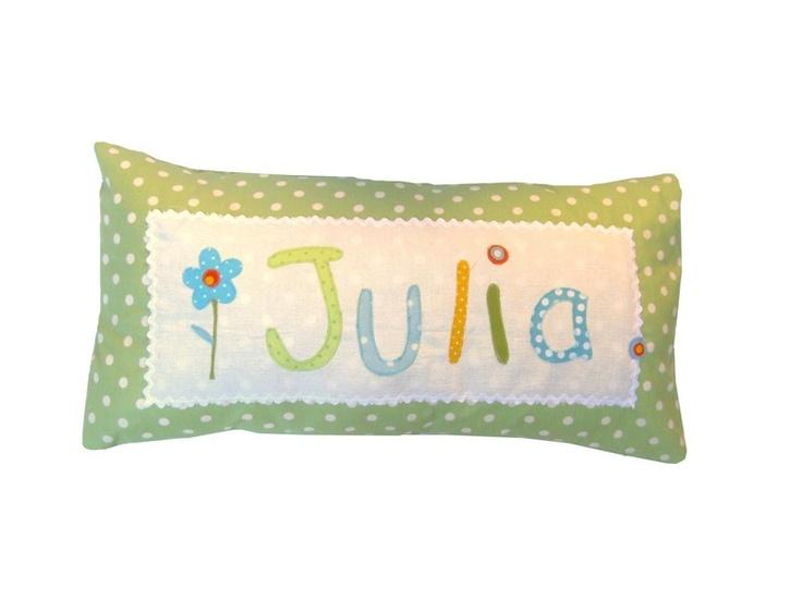 Dieses personalisiete Kissen für Kinder ist ein liebevoller Hingucker im Kinderzimmer. Es eignet sich als idealer Begleiter auf Reisen oder in den ...