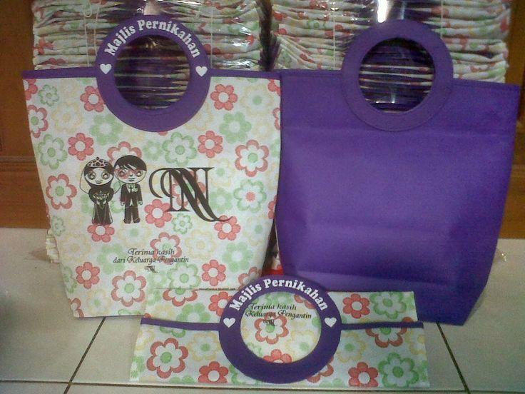 Tas souvenir pernikahan gagang bulat kombinasi bahan motif dan ungu