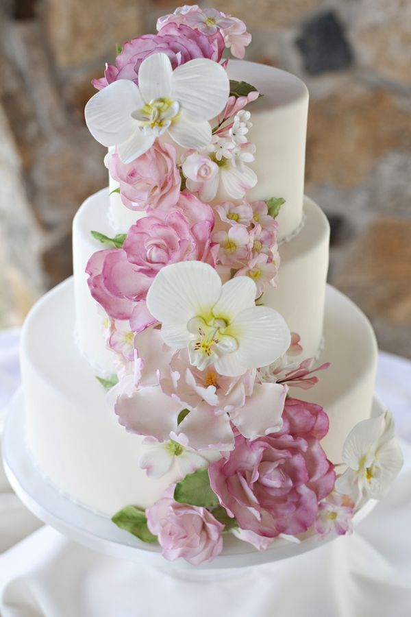 Pink and White Wedding Cake                                                                                                                                                      Mais