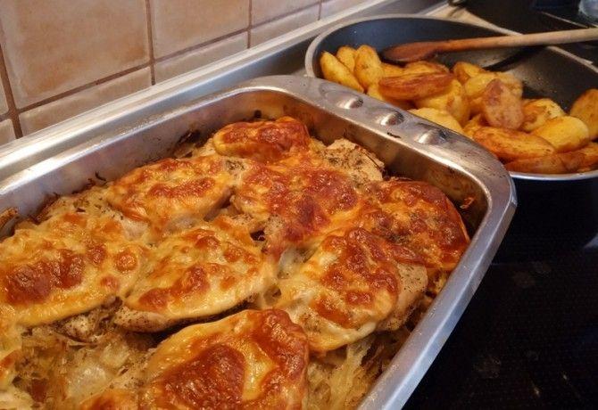 Csirkemell savanyú káposzta ágyon sütve fűszeres újkrumplival