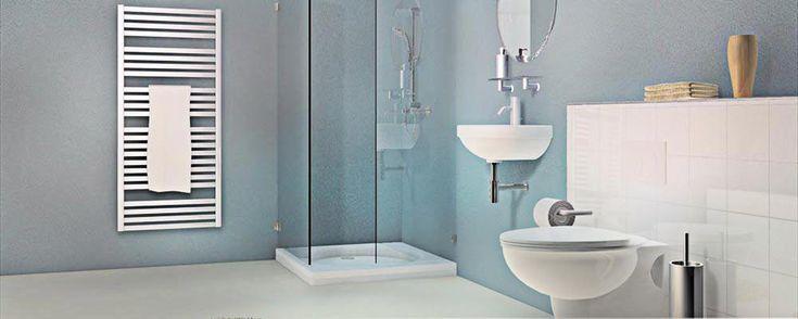 Lichte badkamer met veel wit en blauw