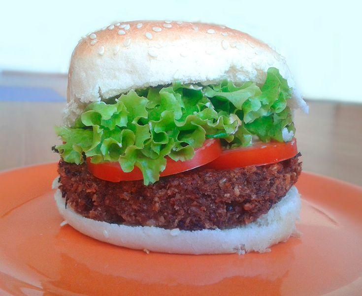 Muchas veces al hacer hamburguesas de legumbres estas quedan secas. Esto se debe principalmente a su alto contenido de carbohidratos y bajo contenido de grasas, muy presentes en una hamburguesa tradicional. Por eso las nueces, con alto contenido de grasas saludables, son el complemento ideal para hacer la hamburguesa definitiva de porotos negros.