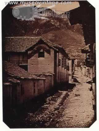 1842- Se cree que esta fotografía de la Calle del Observatorio, tomada por el Barón Jean Baptiste Louis de Gross (pintor y diplomático francés) es la primera imagen en exteriores que se hizo de Bogotá. Vista desde el costado derecho de la intersección de la actual calle octava con el costado oriental de la carrera séptima, enfocada hacia los cerros. Como se ve, la calle está atravesada por una canal de aguas negras al descubierto.