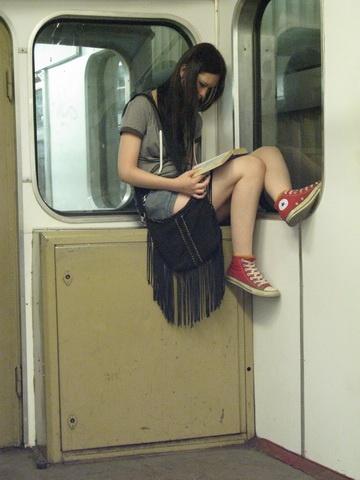 요즘 방식으로 작명하자면 '지하철 난간녀'라고 부르면 되려나? - Moscow Metro