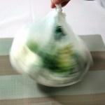 Transforme uma sacola em secador de salada