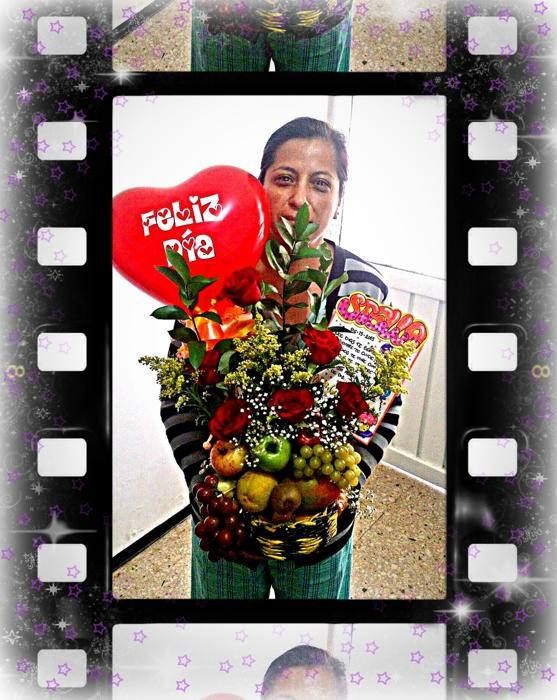 Arreglo de Flores y frutas en canasto ecológico...