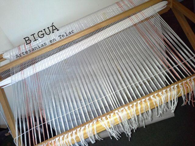 Preparación de la urdimbre en Telar María. En poco tiempo se convertiría en una carpeta de mesa... http://bigua-telar.blogspot.com.ar/2013/09/blog-post_26.html