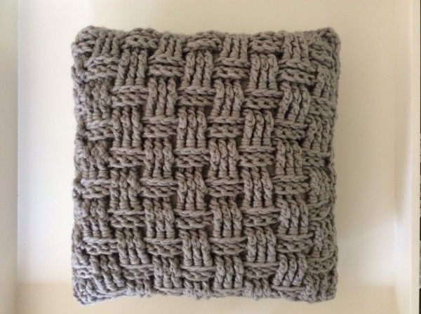 Kussen gehaakt met dikke wol in stoere basketweave steek. Evt te koop op Etsy (haakmadam)