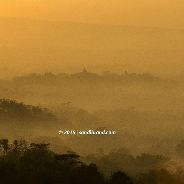 """""""Matahari terbit bisa dilihat di mana-mana, tapi di Puthuk Setumbu beda. Kita bisa melihat pesona Candi Borobudur dari sudut yang berbeda,"""" ucap Pak Adi seorang fotografer yang kerja di Progo Rafti..."""