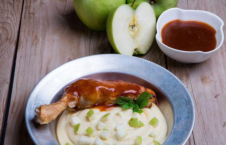 Ζουμερό κοτόπουλο με πουρέ πατάτας και ξινόμηλο
