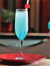 Apauê azul traz tequila, Cointreau, curaçau blue, suco de limão e gelo