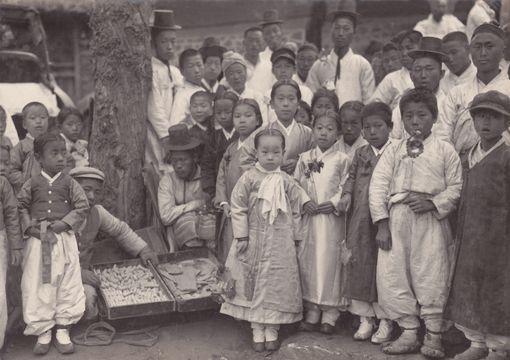 The Candy Seller and Children 엿장수와 아이들(1913~1941년, 경남) - 경남근대사진전 여는 본지 권순형 발행인 :크리스찬리뷰