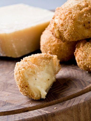 croquettes au parmesan. Faire béchamel d'abord. poivre, chapelure, oeuf, oeuf, lait, farine, huile de friture, beurre, parmesan