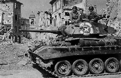 Un M24 Chaffee à Bologna, en avril 1945