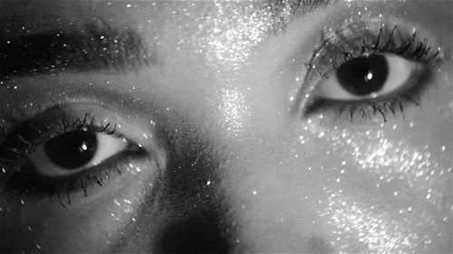 Hit do momento, aprenda como usar glitter na maquiagem