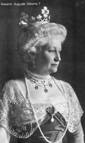 Kaiserin Ausguste Victoria of Prussia wearing the Clover Tiara. She's one I'm not familiar with, but then Prussia doesn't exist any more, so it was quite a while ago!