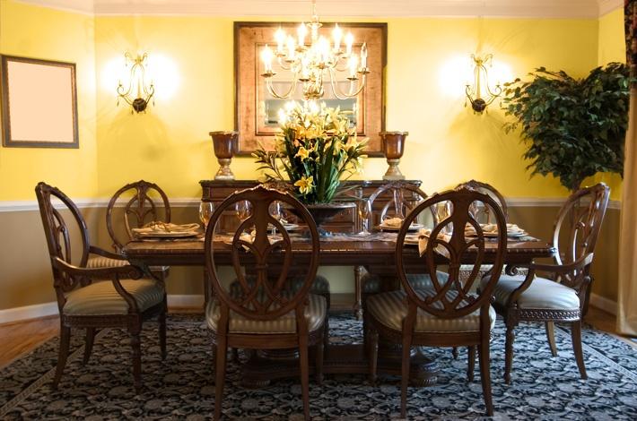 La mobilierul tipic toscan întâlnim multe linii drepte, uneori modele elaborate inspirate din natură, iar culoarea acestuia este întotdeauna maro închis. Deasupra veghează un candelabru negru din fier, iar în cameră sunt răspândite suporturi de lumânări.
