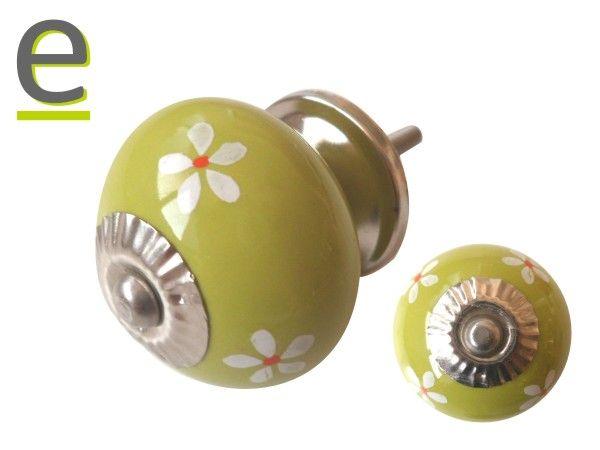 Pomello per mobili modello CK-701. Pomello di ceramica di colore lime green, decorazione con fiorellini bianchi e rossi https://easy-online.it/shop/pomelli/pomelli-per-cucina-ck-701/ Sul nostro sito sono disponibili più di 80 differenti modelli di pomelli di ceramica.
