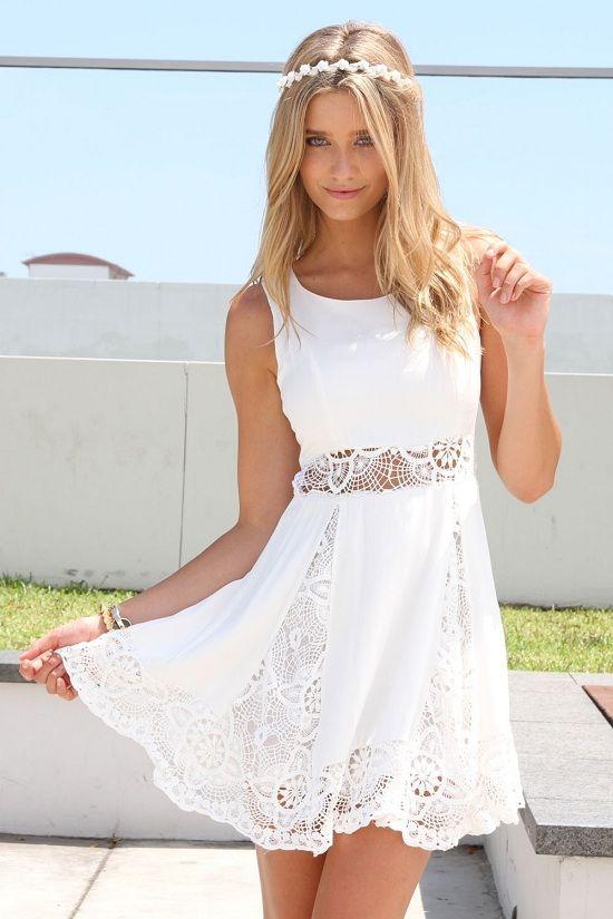 vestido curto branco, com detalhes florido e transparente remete a sensualidade  e delicadeza do tecido com as curvas da modelo.