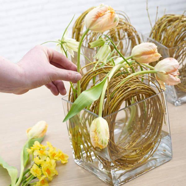 Österliche Tischschmuckidee: Frühlingsblüher in den Weidenkranz einarbeiten