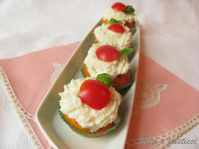 Cupcakes al pomodoro con frosting alla mozzarella