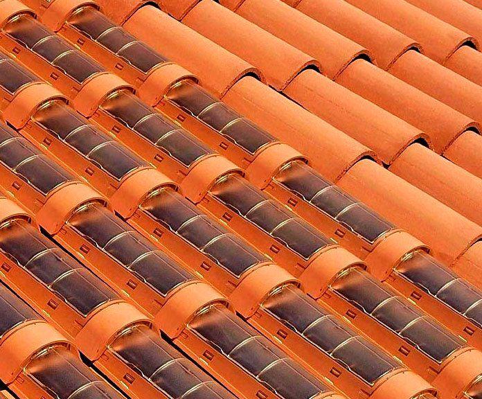 """""""TechTile"""" con PLEXIGLAS®. La empresa  italiana REM S.p.A produce tejas solares de plástico con cubiertas moldeadas por inyección de PLEXIGLAS®. Las llamadas tejas TechTile tienen el aspecto óptico de una teja tradicional de arcilla, pero contienen en su interior células fotovoltaicas o módulos solares térmicos para calentar agua.  Según el sitio Energía solar OK , """"un tejado orientado al sur con un tamaño de 18 m2 y un ángulo de inclinación de 30º produce 1.650 kw/h de electricidad al año"""