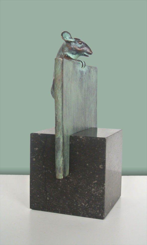 nieuwsgierig muisje (op hardsteen sokkel) | 2009 | 26 x 15 cm | oplage 5 ( + 4 EA )