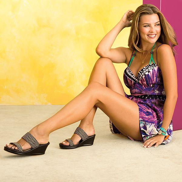 """Este verano combina tu mejor look con """"Rumblers"""". Sandalias casuales con bandas bicolor de fibra natural."""