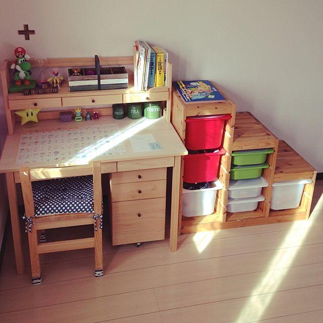 女性で、4LDKのキシルの机/IKEA/雑貨/好きなおもちゃ/子供部屋/部屋全体…などについてのインテリア実例を紹介。「同じ写真ですみません^_^;コンテスト参加です。ひとりで2階に行くのを怖がる息子なので、机に好きなおもちゃを飾って楽しい雰囲気に♡」(この写真は 2015-01-08 17:37:23 に共有されました)