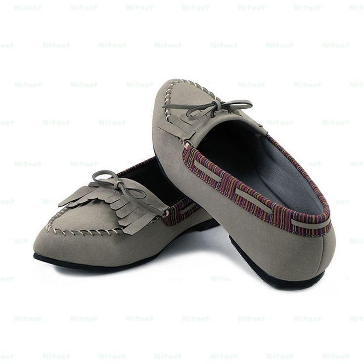 Flatshoes cantik dengan bahan sintetis kombinasi kain lurik. Sol karet anti selip.