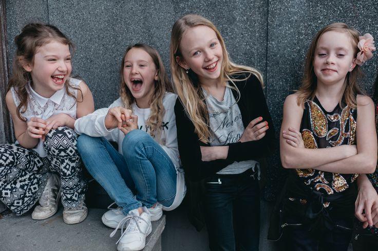Här är Vera och tre av hennes bästa vänner! Utanför bild finns två till. Kommer du ihåg när du var 10 år och hängde med dina bästa vänner i världen? Det kommer Vera göra när hon blir äldre!