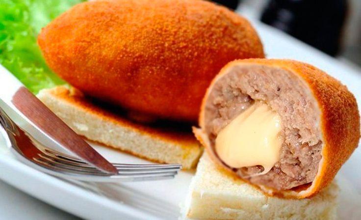 Котлета по-донбасски с сыром — рецепт с фото  Если вы уже знаете как готовить классический рецепт котлеты по-донбасски, тогда вам будет интересно попробовать одну из интерпретаций этой многими любимой котлеты.  Для приготовления котлет по-донбасски с сыром, вам достаточно будет приобрести все ингредиенты на местном рынке или в магазине, после чего вы без труда приготовите это замечательное блюдо у себя дома.... #рецепты #кулинария #котлеты