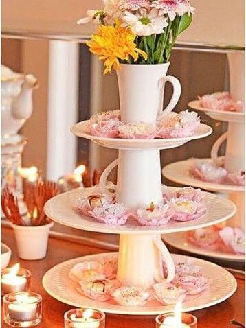Pratos e xícaras empilhadas