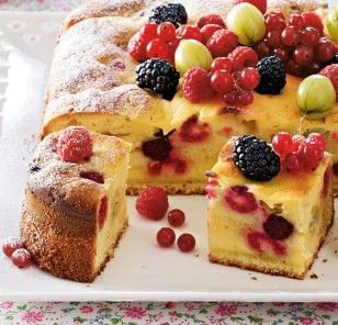 Das Rezept für Beeren-Eierlikörkuchen mit Crème-fraîche-Guss und weitere kostenlose Rezepte auf LECKER.de