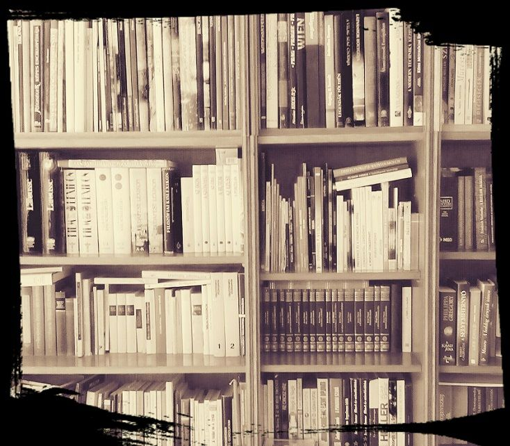 A könyvek nem felejtenek. Magukkal viszik múltjuk olvasóit, bárhová is kerülnek. Firkák, aláhúzások, bejegyzések, préselt virágok, régi könyvjelző mind megmaradnak. A könyvek nem felejtik el azokat az embereket, akik a kezükben, gondolataikban és álmaikban tartották őket. (Németh György)