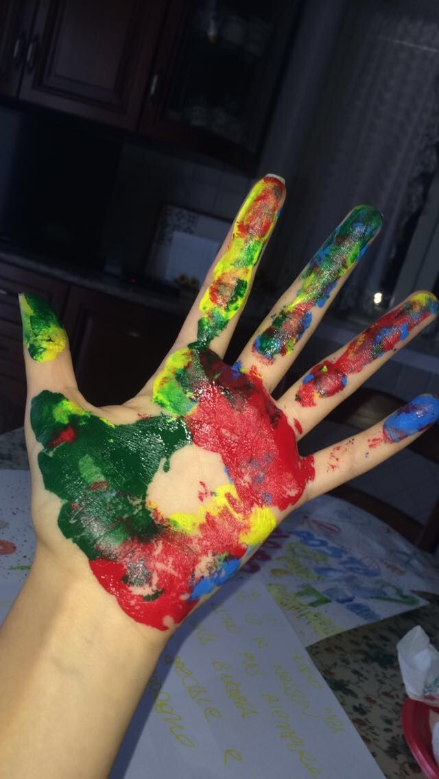 hand , colour , paint , blue , yellow , green , red .