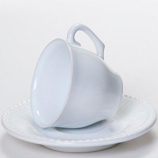 Uma clássica e charmosa xícara branca é perfeita para servir um café em suas reuniões de trabalho ou café da manhã em sua casa. Feita em cerâmica branca com charmoso detalhe frisado em seu pires. #Xícara #XícaraCafé #XícaraChá #LojaSoulHome