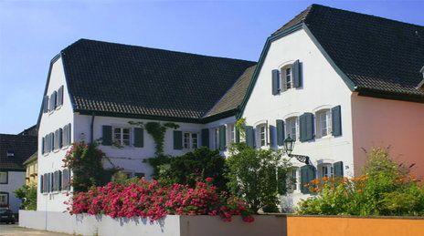 Open Sky Seminare | Das Open Sky Seminarhaus ist ein wunderschönes und liebevoll restauriertes Anwesen, aus dem 17. Jahrhundert, direkt am Rhein.  Ein idyllischer Innenhof mit Walnussbaum lädt zum Verweilen und Entspannen ein. Ein Ort zum Atem holen mit beruhigendem Wasserplätschern des Brunnens und freilaufenden Pfauen, Fasanen und Tauben.  Der Rhein mit seinen Auen und Stränden direkt vor der Haustüre lädt ein zum Spazierengehen und Radfahren.