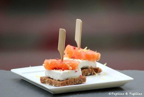 Toasts au pain noir, Kiri® et saumon fumé