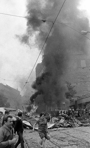 Hořící barikáda před Československým rozhlasem na Vinohradské  Vysílání Československého rozhlasu 21. srpna 1968 - noc a ráno